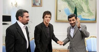 اهدای مدال حمید سوریان به احمدی نژاد