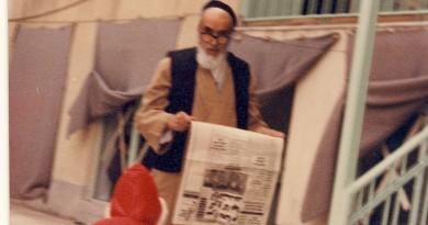 امام خمینی در حال روزنامه خوانی