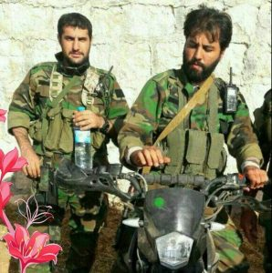 شهید امین کریمی در کنار فرمانده خود جاوید الاثر جواد الله کرم