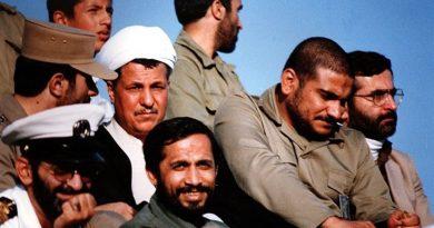فیلمی دیده نشده از اهدا نشان فتح به هاشمی رفسنجانی توسط آیت الله خامنه ای